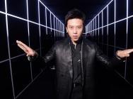 邓超现身时尚派对 一身黑衣率性洒脱不忘搞怪