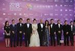 徐峥、王丽坤携开幕片《幕后玩家》剧组亮相,王丽坤白色长裙,优雅迷人。