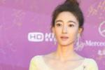 徐峥《幕后玩家》剧组亮相 王丽坤明黄长裙惹眼
