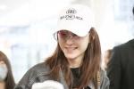 王丽坤被爆恋林更新首现机场 手持爱心糖果心情好