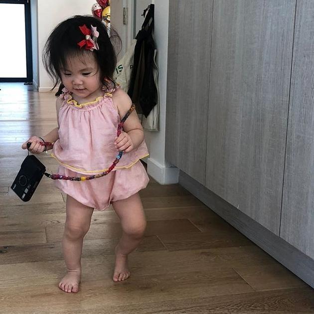 女儿被赞有长腿潜质 陈冠希的拍照技术却遭质疑