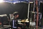 昨日,由杨洋、江疏影主演的电视剧《全职高手》爆出片场花絮照,杨洋一边认真的坐在监视器前,一边又拿起了对讲机,也是很可爱了。