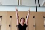 蒋勤勤怀二胎坚持瑜伽健身 挺孕肚做高难度动作