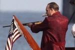 《方索》片场照 汤姆·哈迪霸气叼雪茄手持猎枪
