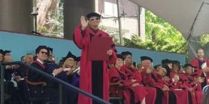 王家卫获哈佛文学荣誉博士 获颁证书依旧墨镜遮面