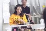 杨幂假发被化妆师一把拿掉!网友:发际线又高了