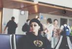 """吴亦凡现身洛杉矶机场,从头黑到脚穿搭走""""T""""场。"""