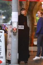 德普叔19岁女儿装扮老气 深夜出街与友人抽烟热聊