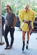 Lady Gaga驴踢战靴重出江湖 男友开路展娇羞笑脸