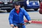 当地时间5月31日,美国洛杉矶Venice Beach,71岁阿诺·施瓦辛格现身街头,与友人相约一起骑车。