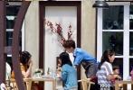 6月3日,有网友爆出在法国偶遇《中餐厅》第二季首日营业的路透照。常驻嘉宾名单锁定赵薇、苏有朋、舒淇、王俊凯和白举纲。
