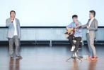 由北京沙龙网上娱乐学院表演学院院长张辉自导自演的文艺爱情沙龙网上娱乐《一纸婚约》6月6日在北京举行首映礼。张辉携主创刘熙阳、关晓彤、赵君、娜仁花、王劲松亮相北电校园,与师生们分享了影片的幕后花絮。当天,未能到场的主演张一山、杨紫也专程录制VCR,为老师的作品打Call。
