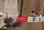 近日,有一组路透照曝光了在上海沉迷拍戏的李易峰剧组日常。