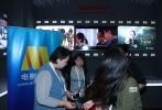 """上合组织国际电影节""""电影市场""""单元今天在青岛正式启动。活动现场,国家电影局副局长李国奇、中国电影股份有限公司董事长喇培康、电影频道节目中心主任曹寅以及十二国代表团团长出席了本次启动仪式。而在电影市场展台中,可以看到如《中国合伙人2》、《上海堡垒》等诸多精品国产电影首次亮相。"""