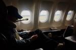 黄晓明《中餐厅》录制结束回国 所乘航班机舱冒烟