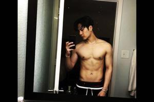 自拍夫妻秀_王嘉尔晒自拍大秀八块腹肌 网友:鼻血流出来了!