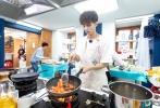 """王俊凯为《中餐厅2》的主厨日带来全新菜品,万众期待的麻婆豆腐重磅登场,用绳命在砸的番茄牛肉丸经历史上最坎坷的""""生产""""过程,小凯实力演绎""""人在肉丸在""""。"""