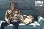 《阿尔法:狼伴归途》曝时装照 人狼搭档感情浓厚