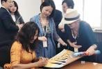 """正值期待已久的中非合作论坛北京高峰会议在首都隆重召开之际,电影《非洲遇见你》出品人宛敏芳女士和好莱坞华裔导演崔燕女士应邀出席了在北京联合国开发计划署大会议室举办的""""中国在非洲投资机遇与挑战""""的高层圆桌对话会。"""