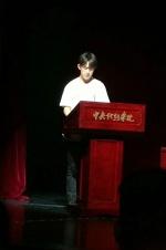 易烊千玺现身中戏开学典礼 代表新生上台发言