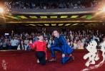 """由张艺谋执导,邓超、孙俪、郑恺、王千源、胡军、王景春、关晓彤、吴磊主演的水墨动作电影《影》日前定档于9月30日全国上映,影片纪录片亦将于10月5日上映。昨日,《影》在上海举办上海首映礼,男女主角邓超、孙俪出席,现场大玩""""十八猜"""",揭秘剧组幕后故事,并深情对唱《最浪漫的事》,引起全场欢呼。同时,该片正片高能动作片段曝光,刀锋破风,一剑封喉;铁剑相撞,火花四溅,激烈打戏全程高燃,令人血脉喷张。"""