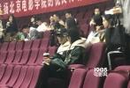 近日,有网友在北京电影学院偶遇吴磊和关晓彤上课,并晒出照片。