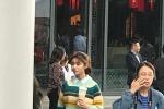 网友街头偶遇林允喝奶茶 马尾辫很青春裙子有个性