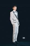 王俊凯受邀出席芭莎慈善夜 白色条纹西装精致王子