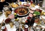 10月12日,不少李易峰的同学在微博晒出了和他聚会的照片。照片中,李易峰身穿全套黑色运动装,搭配浅色棒球帽十分休闲。从照片中可见,一群人先是吃了火锅又去喝酒,玩得很尽兴。