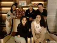 李易峰回成都与同学聚会吃火锅 合影全是一个表情