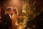 10月28日,唐嫣和罗晋在微博正式宣布结婚喜讯,随后双方工作室也晒出两人在27日晚的宴会照。