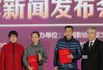 """10月30日下午,第九届""""中国影协杯""""优秀电影剧作在北京揭晓。《不成问题的问题》《战狼2》《相爱相亲》《绣春刀2》等10部影片的巨作获得年度""""优秀电影剧作""""荣誉。"""