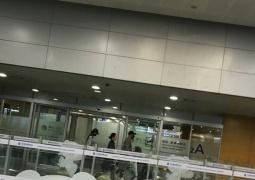 唐嫣罗晋大婚后首同框现身 低调归国机场牵手前行