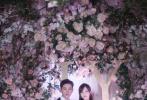 """11月1日,唐嫣工作室在其微博上晒出一组唐嫣与罗晋婚礼现场照,并配文称:""""她说'Yes, I do.'""""照片中,容颜娇美的新娘子唐嫣与帅气逼人的新郎罗晋在花团锦簇的婚礼现场相视而笑,深情拥吻,两人的脸上都洋溢着无比的欣喜与幸福。"""
