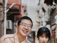 李诞与女友黑尾酱晒情侣写真 相视灿笑甜蜜搞怪