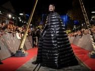 《神奇动物2》全球首映礼 埃兹拉·米勒造型如帐篷