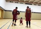 黄晓明晒照祖孙三代打篮球 发文感恩妈妈和媳妇