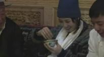 """白百何和藏民学习亲手捏糌粑 自黑:自己像是在""""和稀泥"""""""