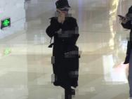 赵丽颖被拍与男助理逛商场 衣着宽松脚踩平底鞋