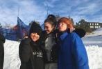 12月19日,赛琳娜通过社交平台晒出与好友外出滑雪的合照。照片中,赛琳娜一身酷黑装扮,与朋友们在滑雪场各种搞怪合照。自9月,因精神崩溃再次入院治疗后,赛琳娜已有近三个月为公开露面。