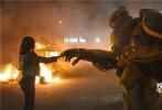 """由美国派拉蒙影片公司及腾讯影业联合出品的《变形金刚》系列首部独立电影《大黄蜂》将于2019年1月4日登陆内地各大院线。今日片方发布""""叱咤蜂云""""预告,展现了大黄蜂战斗模式下的超强战斗力以及呵护地球的决心,为了塞伯坦星球的将来,也为了呵护地球和人类,大黄蜂化身地球守卫者,战斗力惊人。"""