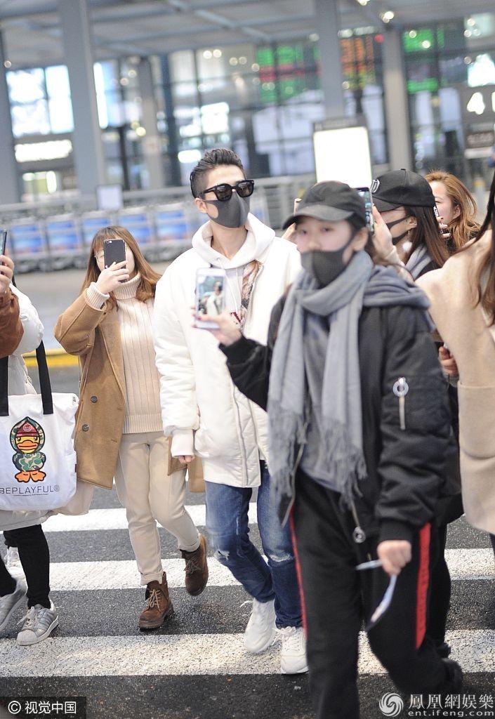 陈学冬穿休闲装扮现身机场   获迷妹围圈