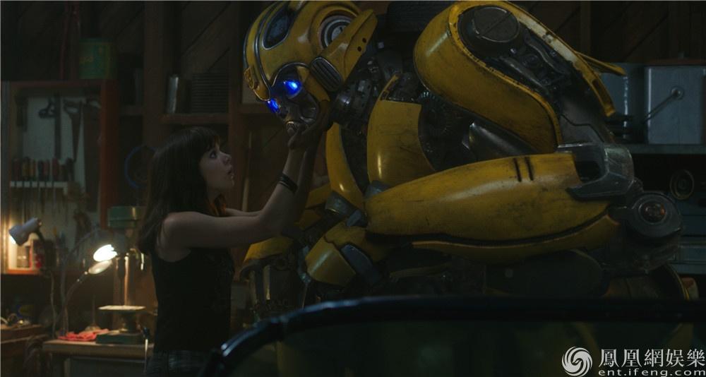 《大黄蜂》发布突出重围片段 约翰·塞纳