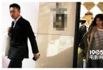 据台湾媒体报道,近日有记者直击大S座驾,开往东区服饰店购物。当天身穿卡其色风衣内搭条纹高领衫和牛仔裤,脚踩雪地靴的大S先行下车购物,汪小菲随后也走下豪车,一身笔挺西装,进店配太太购物。