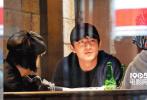 据台湾媒体报导,2018年12月27日,林更新现身台湾与友人聚会被拍。当天林更新身穿深蓝色卫衣,戴着棒球帽,素颜现身街头,一群人吃到凌晨4点多,看似平常不过的朋友聚会。同行的还有一男两少女,其中一名身穿灰色外套,头戴渔夫帽的短发美少女,引起了关注。