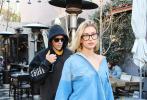 当地时间1月9日,美国洛杉矶,贾斯汀·比伯和妻子海莉·鲍德温现身街头。