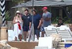 """当地时间1月7日,墨西哥圣路卢卡斯,""""星爵""""克里斯·帕拉特与女友凯瑟琳·施瓦辛格及其家人在海滩甜蜜度假。"""
