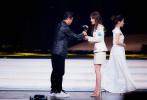 1月11日,赵薇出席某盛典。身穿slogan白色廓形外套搭配同色半裙简约时髦,充满设计感的高跟鞋与玩趣猎豹造型首饰的加入令整体造型更加鲜活。