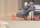 冯绍峰夫妇低调返京 赵丽颖包裹严实未见孕肚