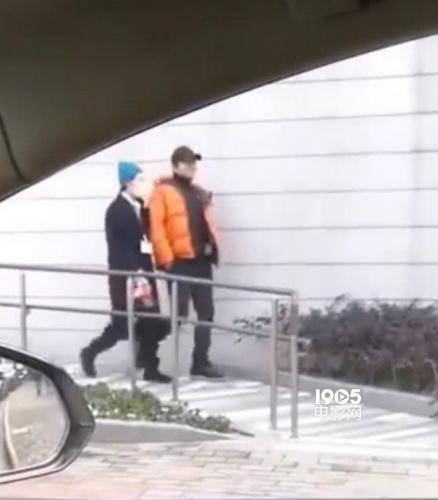 網友偶遇孫儷鄧超接孩子放學 一路挽手恩愛惹人羨(圖)